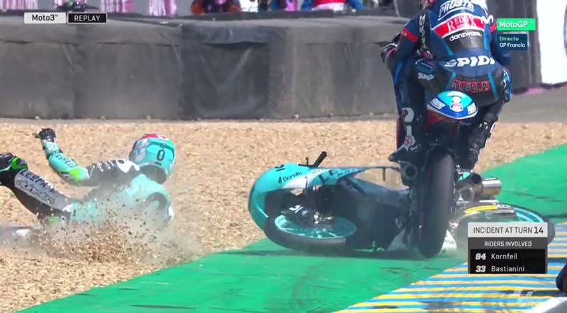Kornfeil saltando por encima de la moto de Bastianini.