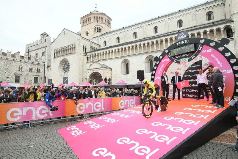 IMAGEN de Giuseppe Fonzi (Wilier Triestina), el primer corredor en tomar la salida en la 16ª etapa del Giro de Italia