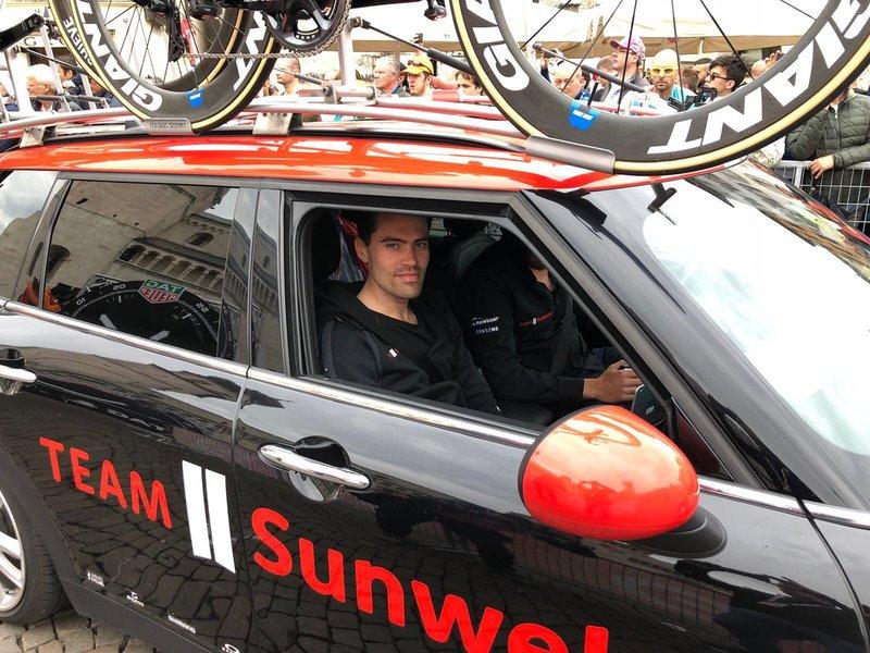 TOM DUMOULIN (Sunweb) está siguiendo la contrarreloj de su compañero Lennard Hofstede desde el coche. ¡No empezará la etapa hasta las 16:27!
