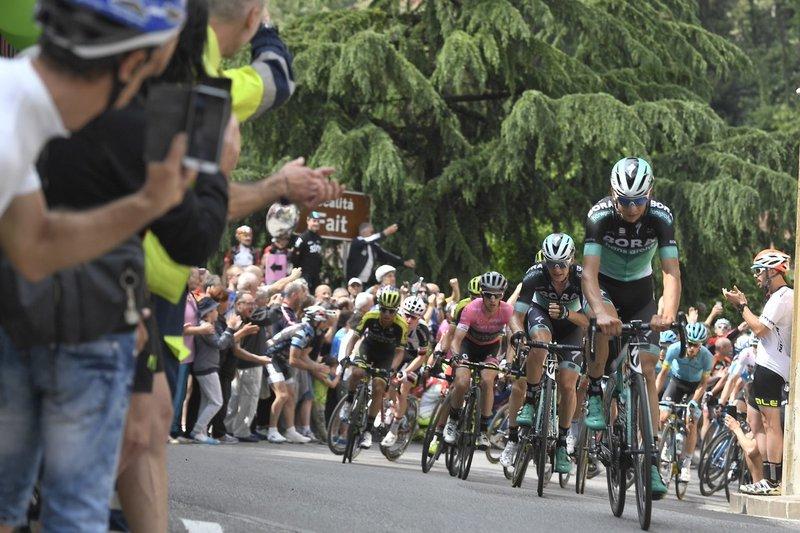 EXHIBICIÓN DEL BORA controlando escapadas muy peligrosas en la 17ª etapa del Giro de Italia