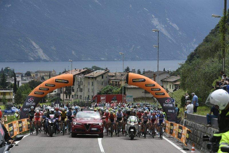 IMAGEN de la salida neutralizada de la 17ª etapa del Giro de Italia en Riva del Garda