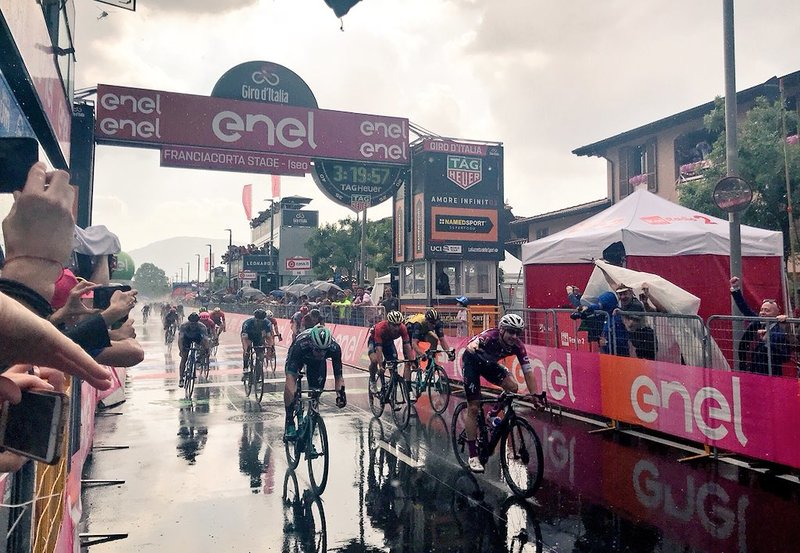 SPRINT BAJO LA LLUVIA en la 17ª etapa del Giro de Italia