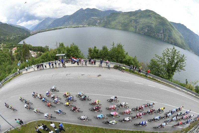 El pelotón, lanzado desde el primer kilómetro en esta 17ª etapa del Giro de Italia sin fuga consentida