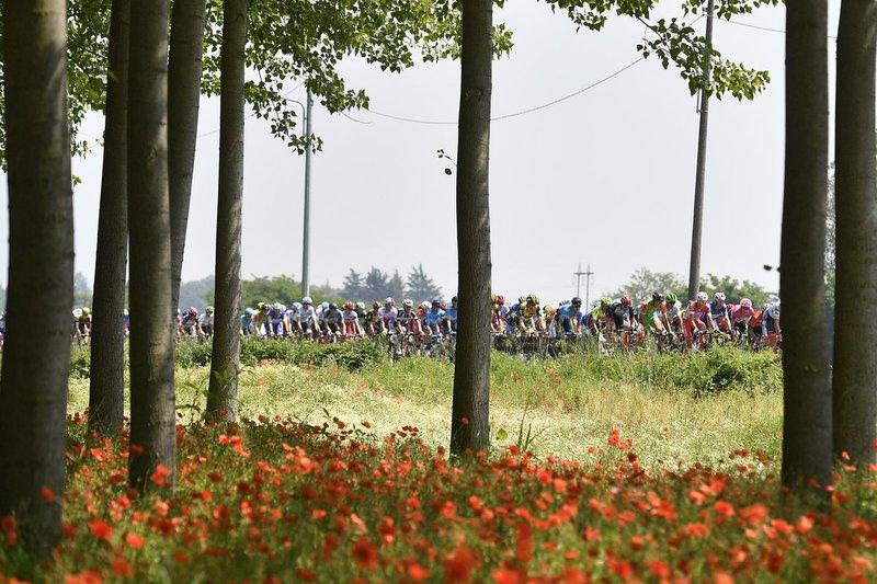 PAISAJES primaverales en el Giro de Italia. Primeras horas de mucha calma en el pelotón