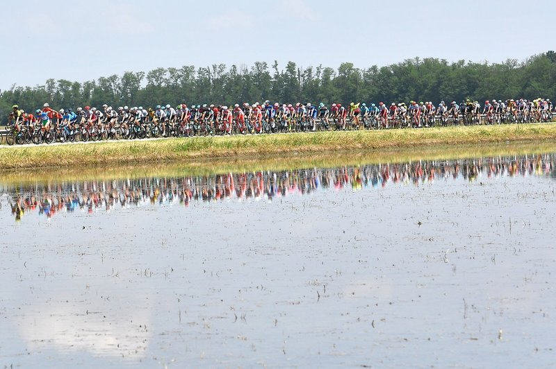 PRECIOSA IMAGEN del pelotón en esta 18ª etapa del Giro de Italia