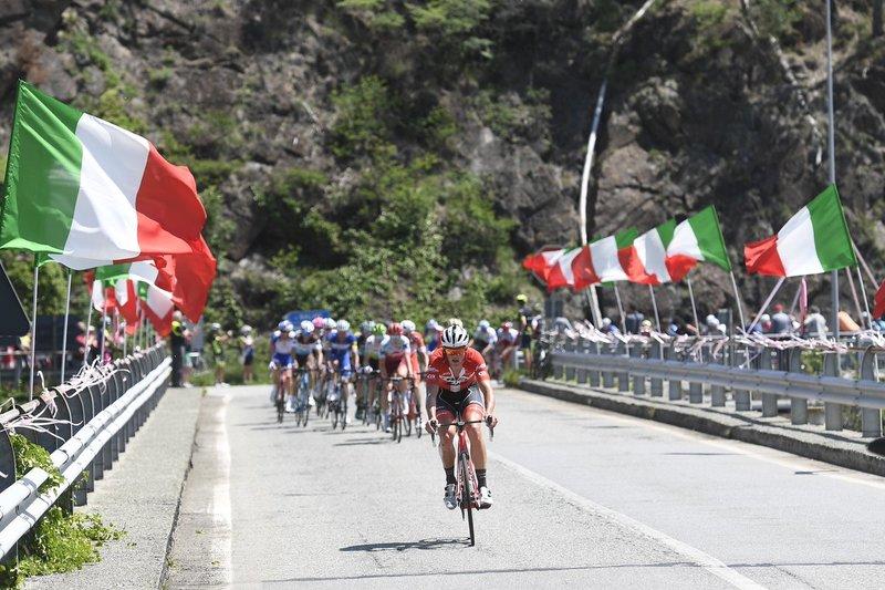 BATALLA sin tregua para formar la escapada del día en el Giro de Italia. 22 ciclistas tiene un margen inferior al minuto sobre el pelotón