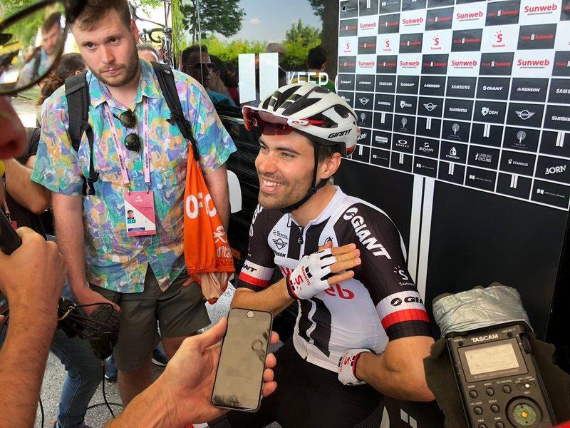 TOM DUMOULIN (Sunweb) sigue luchando por la victoria del Giro de Italia. El holandés ha empezado la etapa con Simon Yates como rival y la puede terminar por detrás de Chris Froome