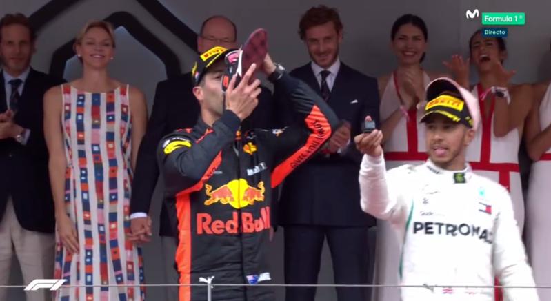 Ricciardo bebiendo del zapato.