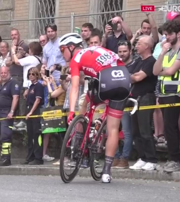 Mads Pedersen deshinchando los neumáticos, no están cómodos los ciclistas con tanto adoquín