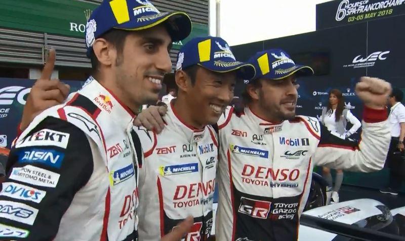 Alonso de nuevo con el puño en alto