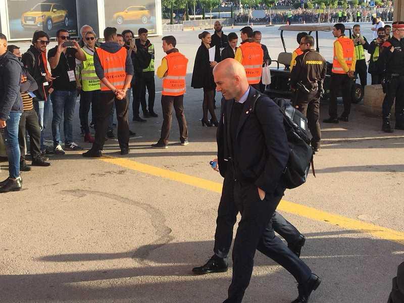 Zinedine Zidane, técnico del Real Madrid, a su llegada al Camp Nou FOTO: MANEL MONTILLA