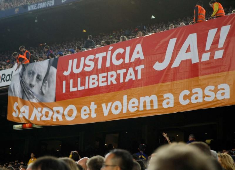 Pancarta que reclama la liberación del ex presidente Sandro Rosell en el Camp Nou FOTO: PEP MORATA
