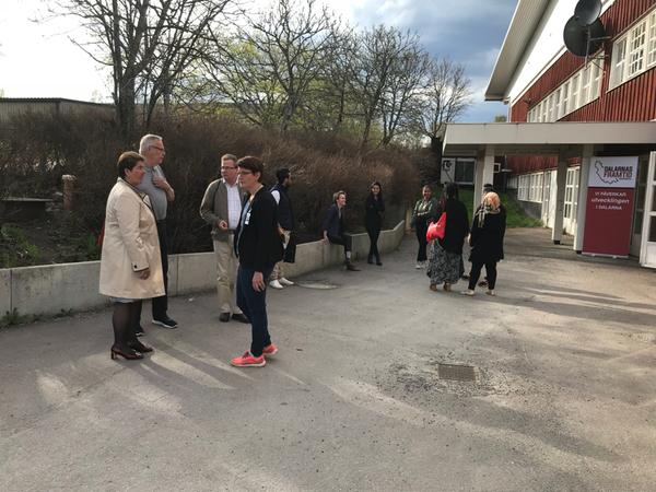 Nu börjar folk anlända till temakvällen. Här kommer landshövding Ylva Thörn.