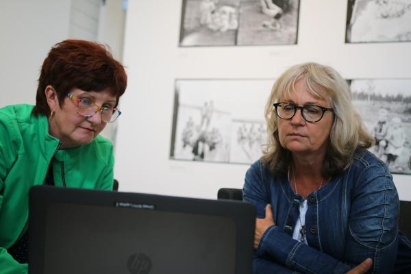 Nu är Ewa-May Karlsson och Liselotte Olsson på plats och förbereder sig inför debatten.