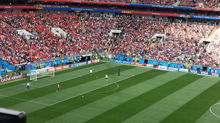 Los porteros rusos ya hacen el precalentamiento en el campo de juego. ¡Y los hinchas empiezan a gritar!