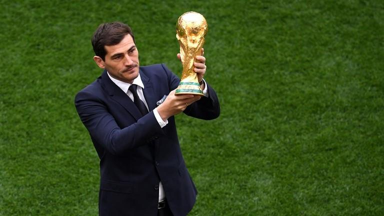 Iker Casillas, depositando la Copa del Mundo en el estadio