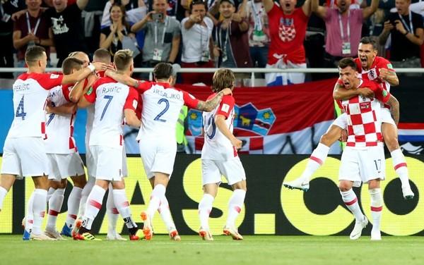 Esulta Mandzukic, esulta la Croazia. Anche se la deviazione decisiva è di Etebo.