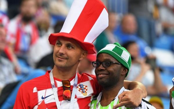 Due tifosi attendono il calcio d'inizio, nel perfetto stile dei Mondiali