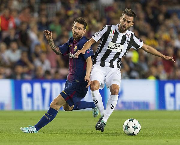 Pjanic, durante un partido con la Juventus en el Camp Nou