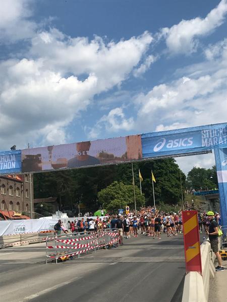 Löparna på plats för första starten 12:00.