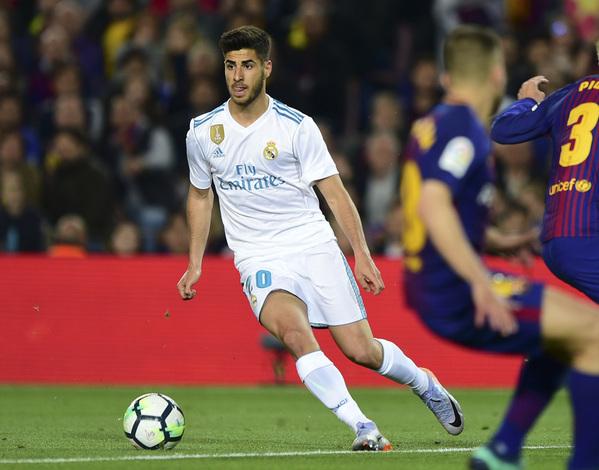 Marco Asensio, durante un 'Clásico' en el Camp Nou
