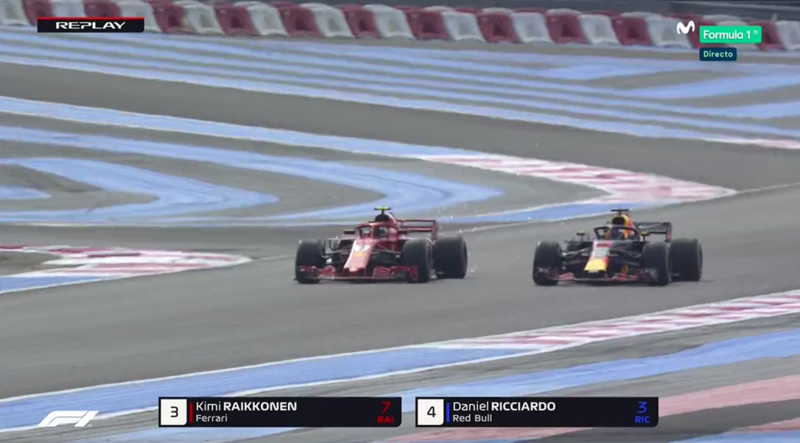 Raikkonen adelantando a Ricciardo.