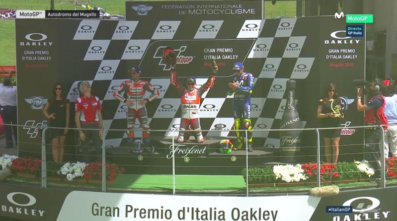Lorenzo celebrando y Rossi aplaudiéndole con deportividad.