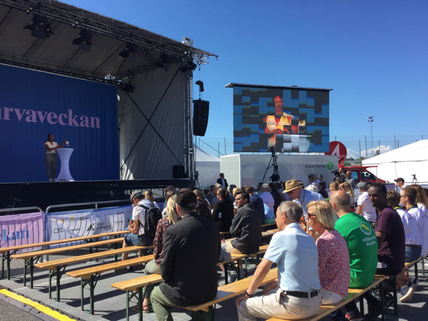 """""""Det är bara val vart fjärde år och det får man för fasen inte missa"""" så inleder kulturminister Alice Bah Kuhnke sitt tal på stora scenen. Hon förklarar Järvaveckan invigd genom att prata om vikten av att rösta den 9:e september."""