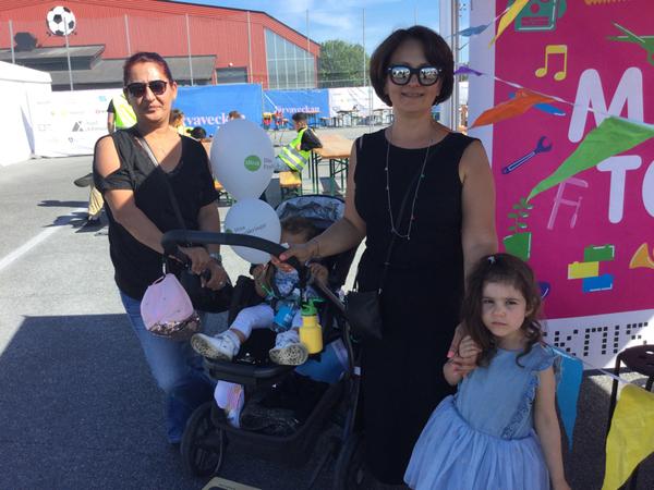 """""""Jag är nyfiken på vad som händer här. Det är viktigt att folk börjar rösta mer och mer. Det är jättebra än så länge"""" säger Askin Orucoglu som har kommit hit från Nacka tillsammans med sin väninna och barnbarn."""