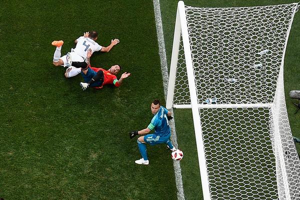 Ecco l'istantanea del gol. Ignashevich trascina Ramos a terra ma infila il pallone nella propria porta