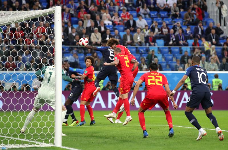 En esta instantánea se puede apreciar como Umtiti se adelanta a Fellaini para subir el primer gol francés al marcador FOTO: Getty
