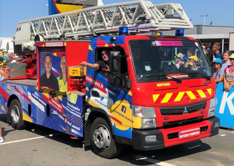 Los bomberos también forman parte de la caravana del Tour de Francia. Siempre aplaudidos por los aficionados