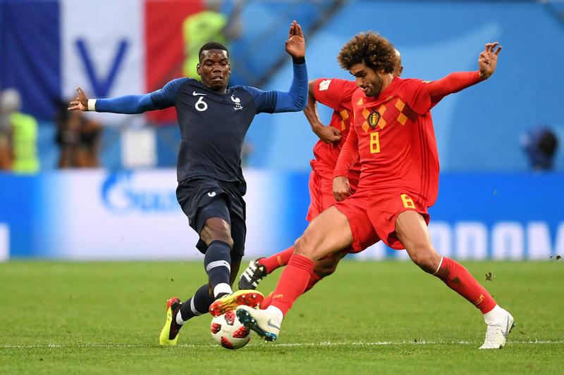 Paul Pogba disputa un balón con Fellaini FOTO: Getty