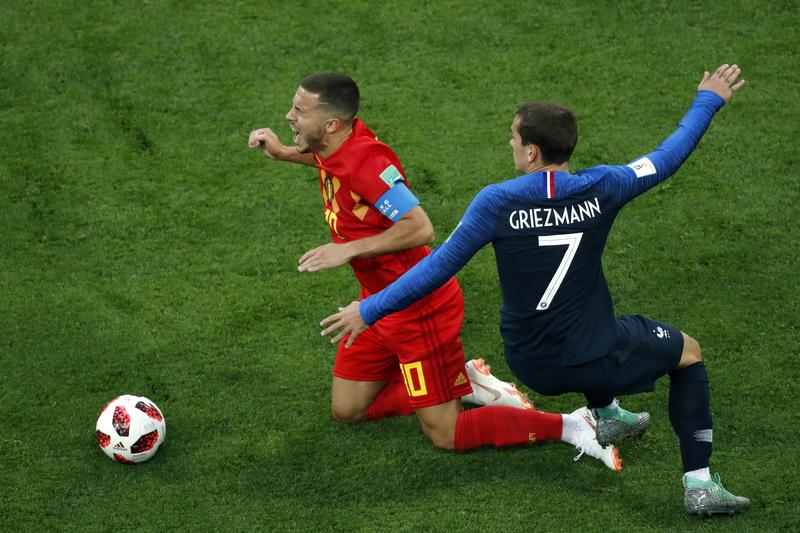 Dos de las estrellas del partido cara a cara: Hazard y Griezmann FOTO: AP
