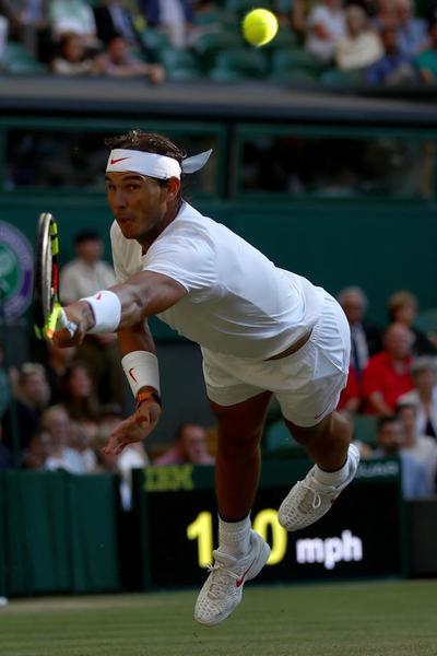Rafa Nadal, lanzándose en plancha. Devolvió la pelota, aunque luego no ganó el punto FOTO: AP