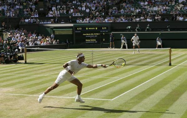 Nadal y Del Potro jugando en la 'Catedral' del tenis mundial, la pista central de Wimbledon FOTO: AP