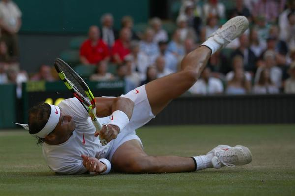 Rafa Nadal, resbalón y caída, pero está acariciando las semifinales de Wimbledon contra Novak Djokovic, con quien perdió la final de 2011, la última vez que llegó tan lejos en este Grand Slam FOTO: GETTY