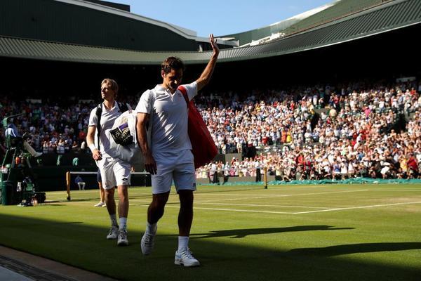 Adiós de Roger Federer en la Pista 1 de Wimbledon. Detrás suyo, el héroe, el surafricano Kevin Anderson FOTO: GETTY
