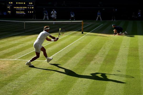Sol y sombra en la 'Catedral' del tenis mundial, en el duelo entre Rafa Nadal y Juan Martín del Potro buscando la semifinal contra Novak Djokovic, verdugo de Kei Nishikori FOTO: GETTY