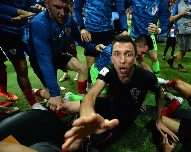 La imagen curiosa del partido tras el gol de Mandzukic, en el que los croatas se han abalanzado sobre un fotógrafo