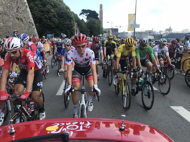 SALIDA de la 6ª etapa en Brest. Greg Van Avermaet (maillot amarillo), Peter Sagan (maillot verde) y Toms Skujins (Maillot de montaña), protagonistas del Tour de Francia 2018
