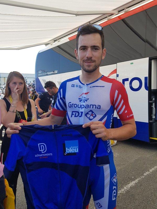 OLIVIER LE GAC (Groupama-FDJ) pasa ahora por delante de su casa en esta 6ª etapa del Tour de Francia 2018. El joven francés es uno de los 7 ciclistas bretones que participan en la ronda gala