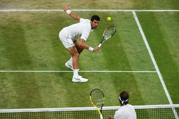 Novak Djokovic y Rafa Nadal jugando bajo techo en la central, con luz artificial. Para no tener que parar el duelo, que ha empezado tan tarde, durante el transcurso del mismo FOTO: GETTY