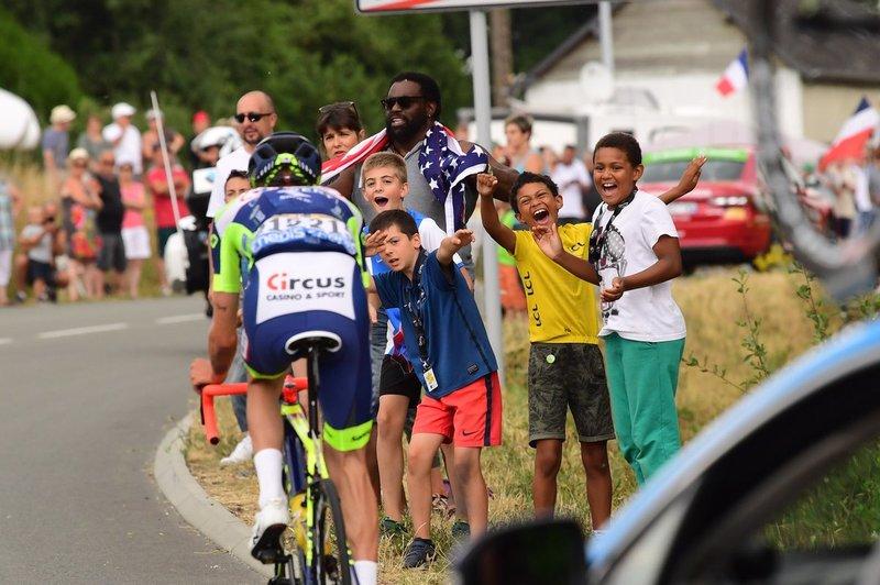 Los niños también son grandes aficionados al ciclismo. Hoy dan su apoyo al valiente Yoann Offredo