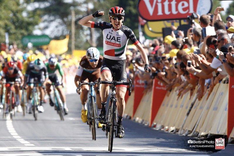 DAN MARTIN (UAE) vuelve a conectar con el pelotón tras quedarse cortado en el segundo grupo. Ayer triunfó en el Muro de Bretaña en un buen final de etapa del Tour de Francia