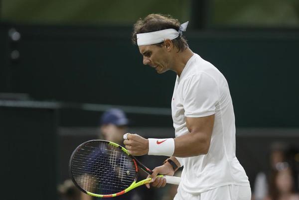 Rafa Nadal, mejorando en el segundo set tras uno primero que jugó impecablemente Djokovic. FOTO: AP