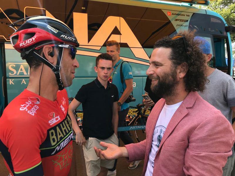 VINCENZO NIBALI (Bahrain) hoy se ha reunido con el hermano del fallecido Michele Scarponi en la salida de esta 7ª etapa del Tour de Francia 2018