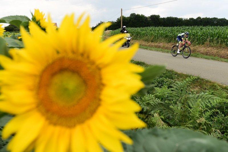 YOANN OFFREDO (Wanty) prosigue su camino en solitario en esta 7ª etapa del Tour de Francia. Ciclismo y grandes paisajes
