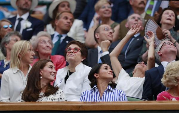 Las Duquesas de Cambridge y Sussex y muchas estrellas históricas del tenis, campeonas de Wimbledon como Navratilova y Billie Jean King. También tiene su sitio en el Royal Box Conchita Martínez FOTO: AP