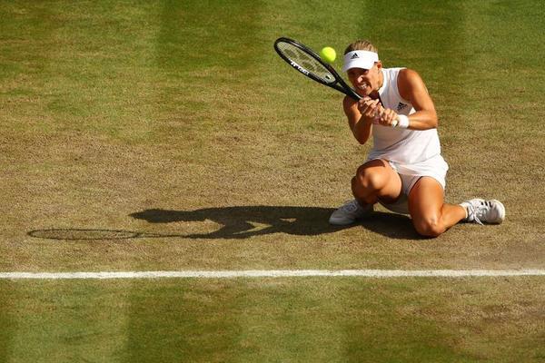 Así se agacha Kerber para devolver las bolas bajas en hierba FOTO: GETTY
